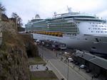 (Norsk) Fortøyingane er kasta, og båten legg sakte frå kai.