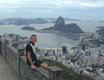 One day I hired a taxi to go to the top of the Corcovado mountain. On the way up, we stopped at Mirante Dona Marta (363 m). Below me is Botafogo and in the distance the characteristic Pão de Açúcar. The view is incredible. From a top that is almost as tall as the Twin Towers of the World Trade Center used to be, you can see down on the city.