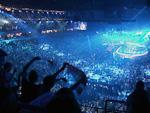(Norsk) God stemning under framføringa av det serbiske bidraget under Eurosong-finalen.
