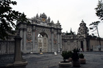 Construction of the Dolmabahçe Palace started in 1843, and in 1856 the sultan moved in here. This is the Gate of Pomp, which was only used by the sultan or very important ministers.